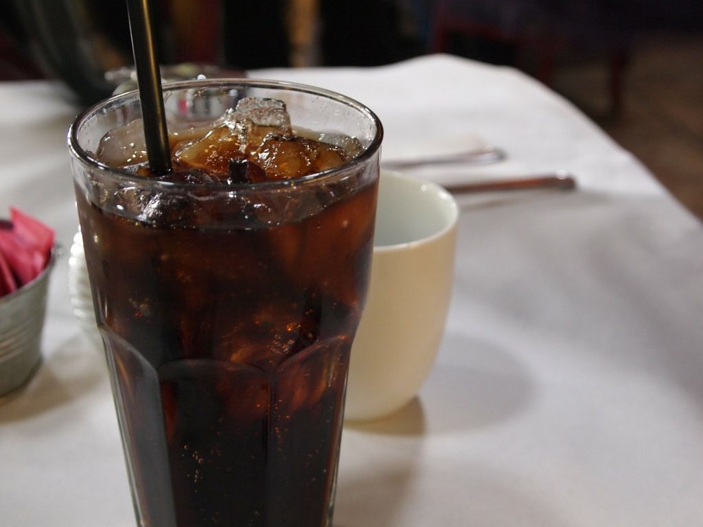 การดื่มน้ำอัดลมที่มีส่วนผสมของกรดฟอสฟอริกมีผลให้กระดูกสูญเสียแคลเซียม